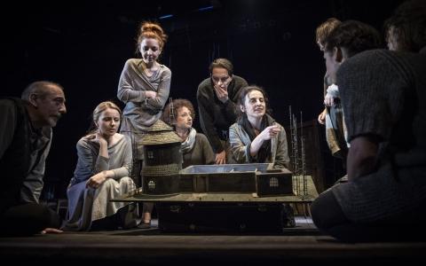 ...coś jeszcze musiało być to spektakl w reżyserii Izabeli Cywińskiej, który powstał na podstawie tekstów Hanny Krall.