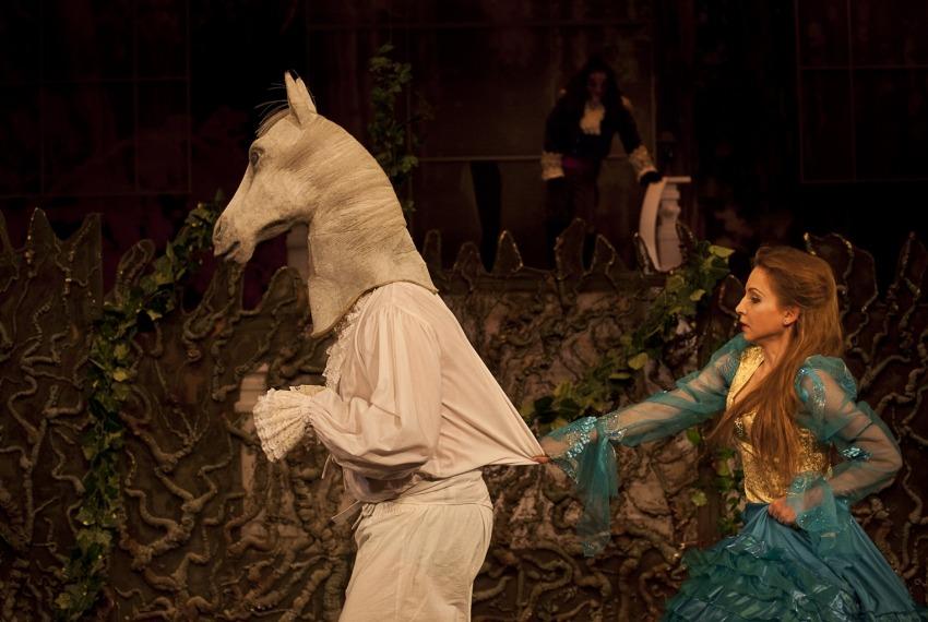 Piękna i bestia / reż. Lena Szurmiej / fot. A.Wencel / na zdjęciu Izabella Rzeszowska i koń