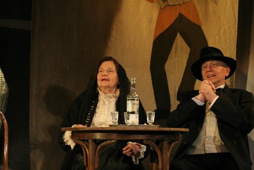 Żyć, nie umierać! / reż. Szymon Szurmiej / fot. Jacek Barcz / na zdjęciu Wanda Siemaszko i Mikołaj Muller