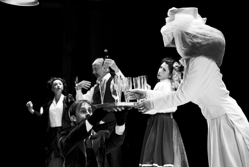 Kafka tańczy / reż. Lech Mackiewicz / fot. Adam Hanuszkiewicz / scena zbiorowa